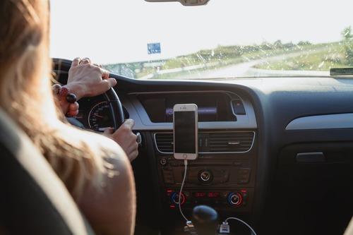 Autofahren in Damenhosen – leger und chic